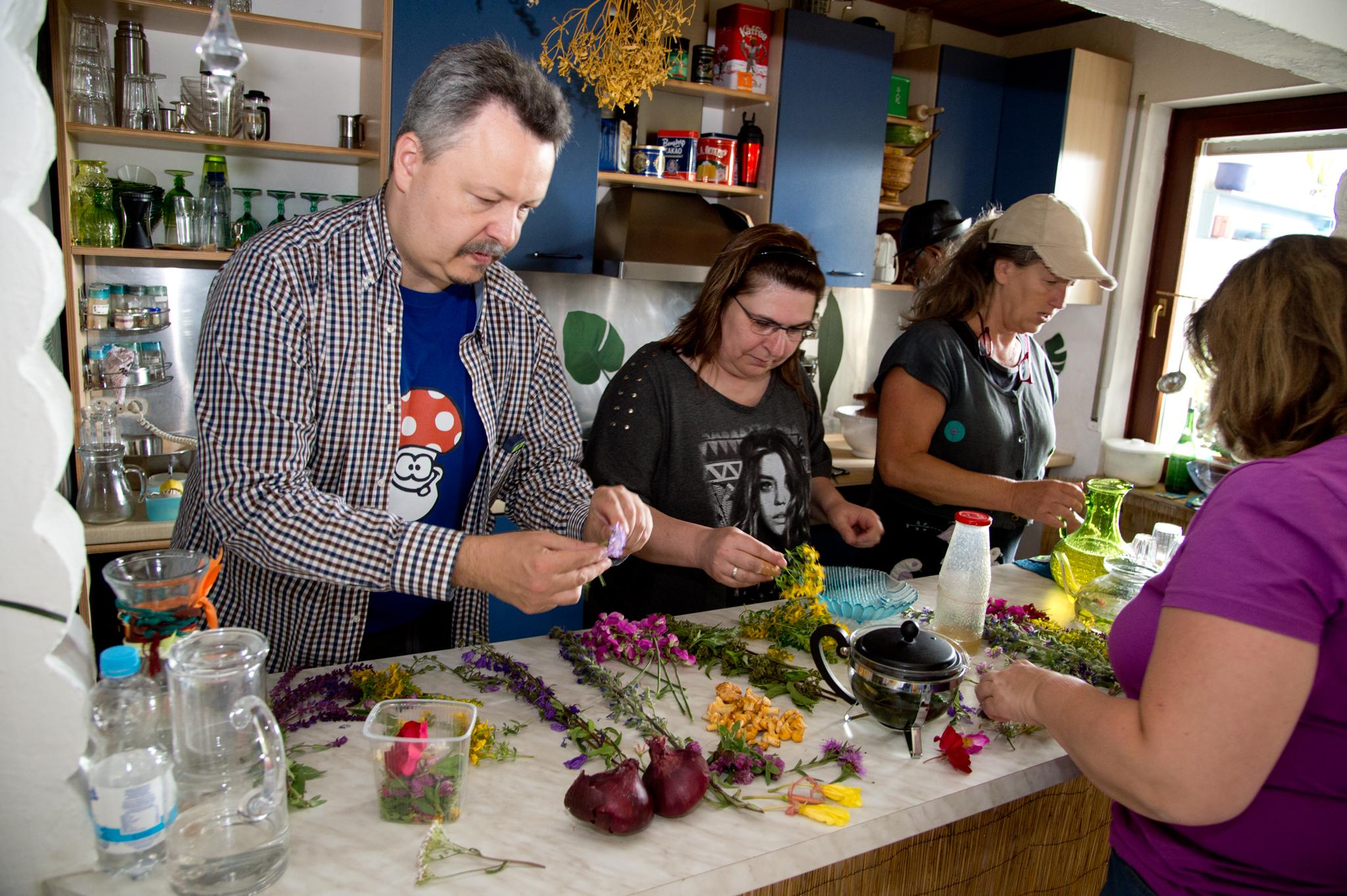 Dietmar, Andrea, Beate und Andi sortieren Wildblüten